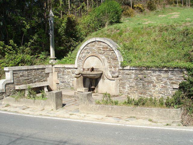 Fonte do Carballo, sempre con moito caudal, e agua excelente reputada de moitas virtudes.