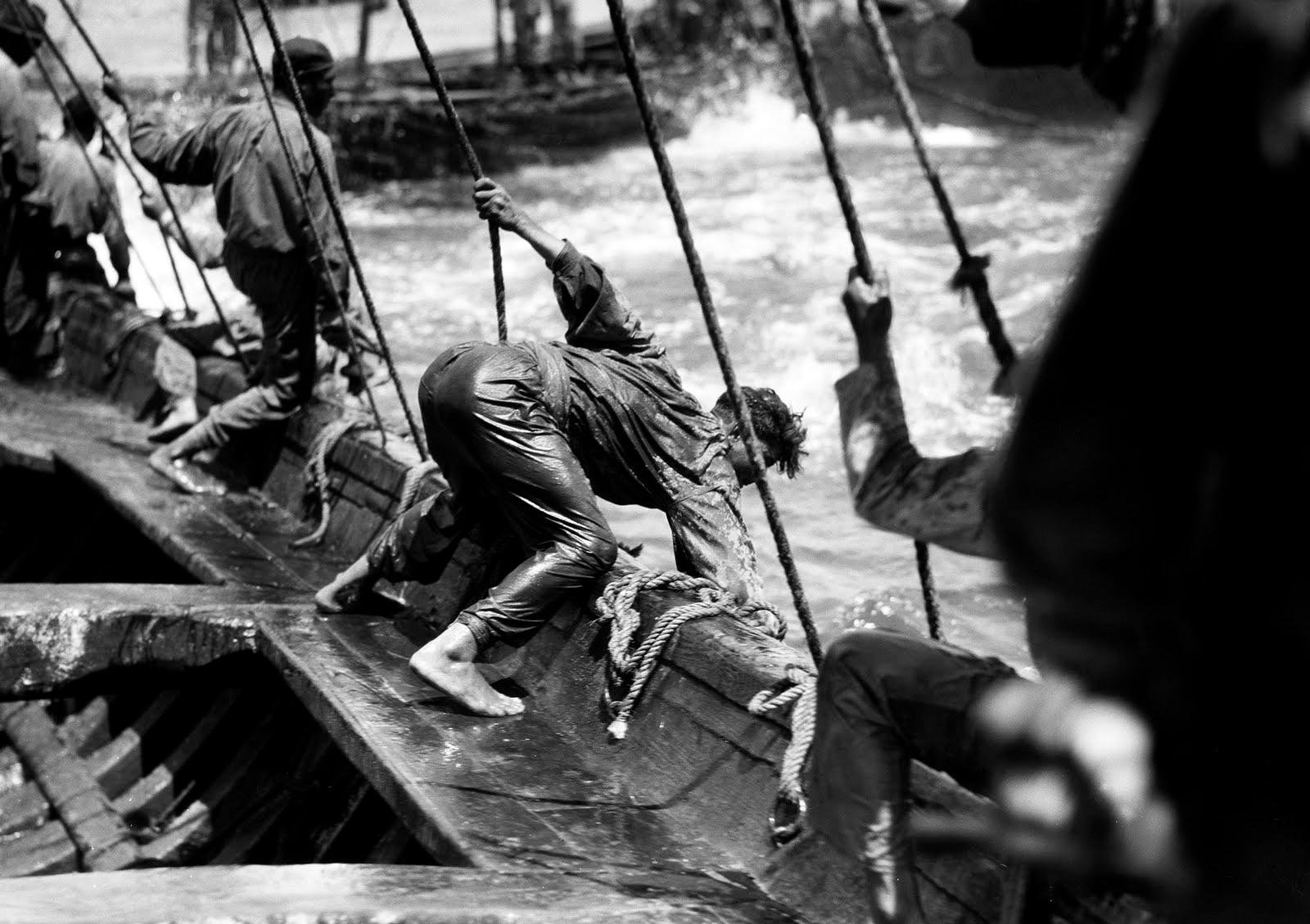 Ruth Matilda Anderson.  Mariñeiros tentando coller un atún na Ría de Huelva.